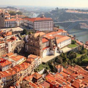 Porto thront dramatisch an der Mündung des Rio Douro