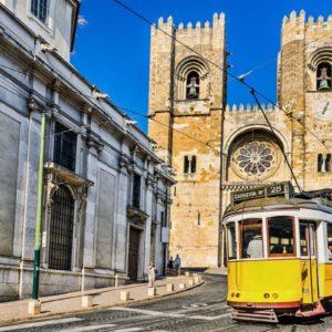 Typische Straßenbahn und Kathedrale von Lissabon